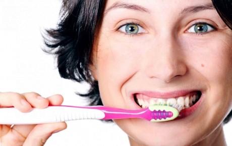 Încearcă acest TRUC când te speli pe dinţi