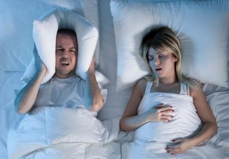 Sforăi în timpul nopţii? 5 motive pentru care trebuie să mergi la medic