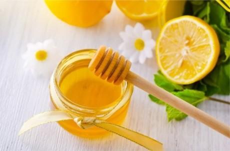 5 motive să bei apă călduţă cu miere
