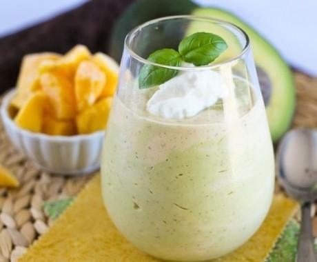 Smoothie de mango şi avocado