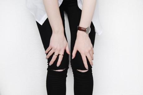 Trend alert: Blugi rupţi în genunchi