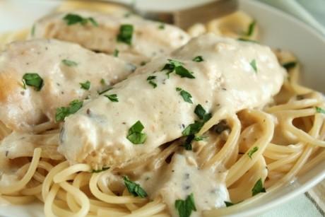 Spaghetti cu piept de pui şi sos alb