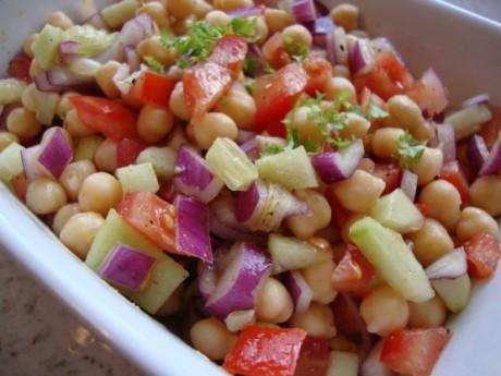 Salată de năut şi castravete