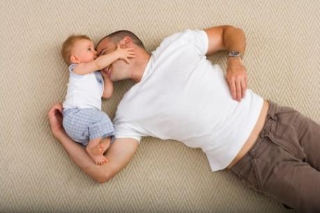 Cum să creezi o legătură puternică între tată şi bebeluş