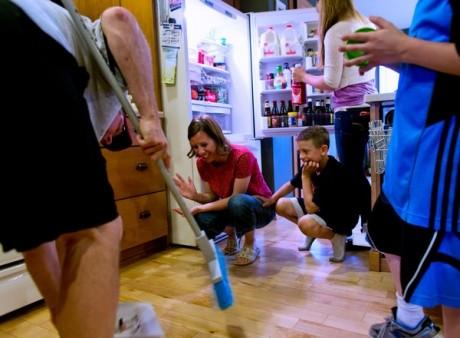 Metoda GENIALĂ prin care strângi cioburile FARĂ mătură