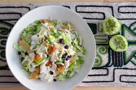 Salată iceberg cu piept de pui şi dressing de iaurt cu usturoi