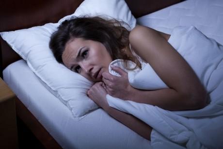 """Te trezeşti des în timpul nopţii? Află cine sunt """"hoţii"""" orelor de somn"""