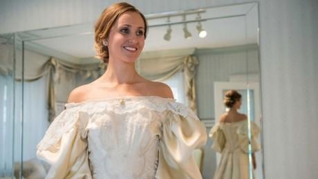 10 mirese diferite au îmbrăcat aceeaşi rochie în decursul a 120 de ani