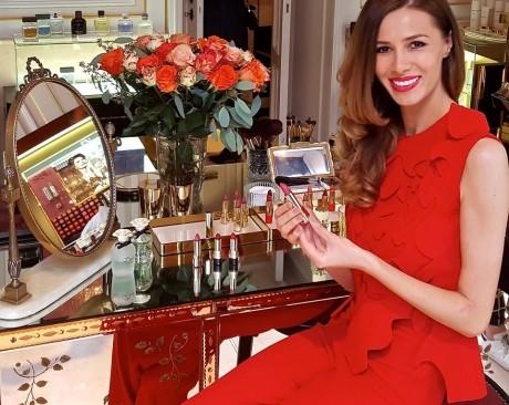 Romanca Janina Nectara promoveaza rujul Sophie Loren