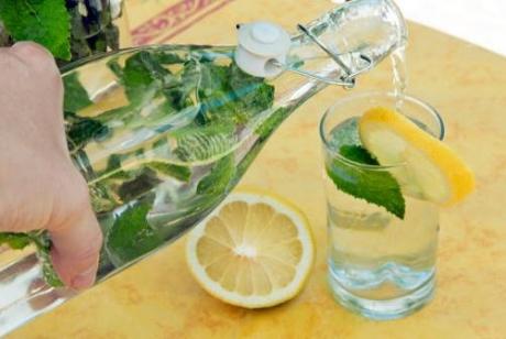 Bea această apă timp de 5 zile şi scapi de 2,3 kilograme