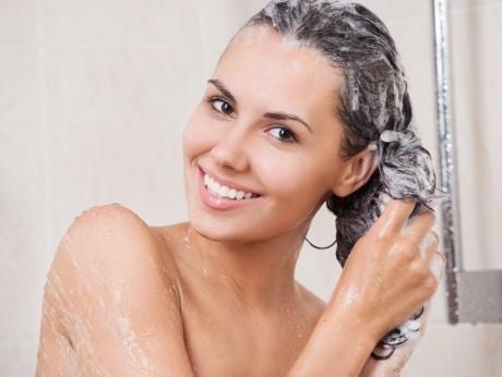 Ai părul gras? Folosește ACEST șampon DIY pe bază de bicarbonat de sodiu