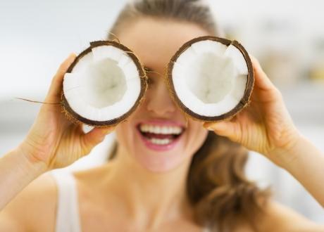 De ce să îţi cureţi faţa cu ulei de cocos şi biarbonat de sodiu