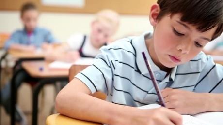 """Profesoarei nu i-a venit să creadă când a văzut cum a putut să predea lucrarea un elev din România! """"Nota 1!"""""""