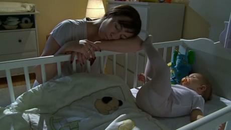 """VIDEO: Această mamă a filmat o """"fantomă"""" în pătuţul bebeluşului ei"""