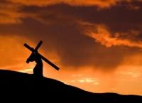 Tradiţii şi superstiţii în Vinerea Mare: Ce PĂŢESC cei care trec pe sub masă