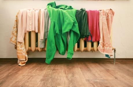 Usuci hainele pe CALORIFER? Greşeala aceasta te poate costa scump