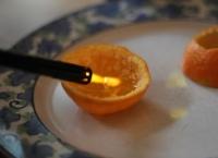 A pus ulei de măsline într-o coajă de mandarină - Efectul este GENIAL