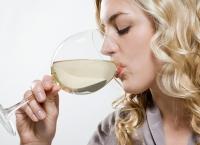 Nu mai pui gura pe vin ALB după ce citeşti ASTA! Risc de CANCER sporit cu 73% dacă îl consumi AŞA