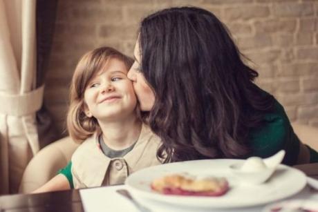 Avertisment! Părinţii care fac ASTA au copii OBEZI