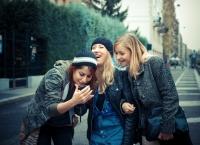 Vorbeşti la telefon cu prietenii? Ce spun PSIHOLOGII te va surprinde