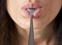 Ce înseamnă, de fapt, gustul metalic din gură