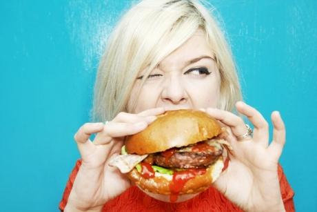 Dovedit ştiinţific: De ce e bine să comanzi DOI hamburgeri şi nu unul