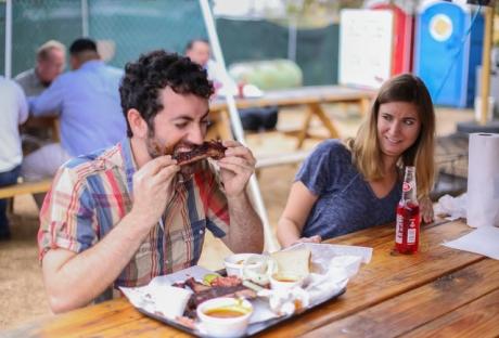 Ce să nu mănânci înainte de o întâlnire: 10 alimente care te fac să miroși mai bine