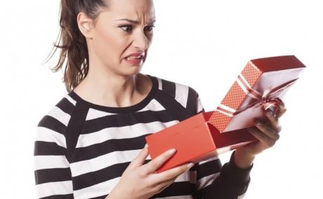 Faci ASTA când cumperi un cadou? Află dacă te numeri printre cei care aleg cele mai REUŞITE daruri