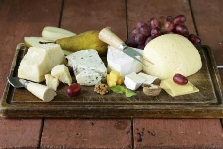 Descoperă ce este, de fapt, brânza feta și la ce se folosește