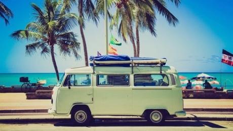 10 CAPCANE la care să fii atent în străinătate