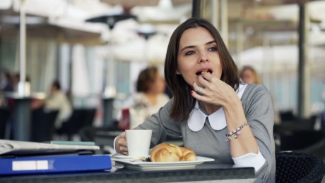 Vezi de ce este în regulă să mănânci prânzul mai devreme