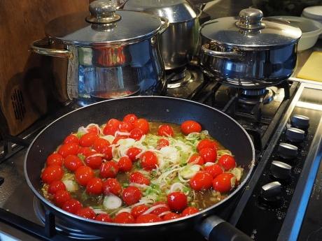 Alimente consumate GREŞIT! Ce se întâmplă când găteşti roşiile, morcovii şi spanacul