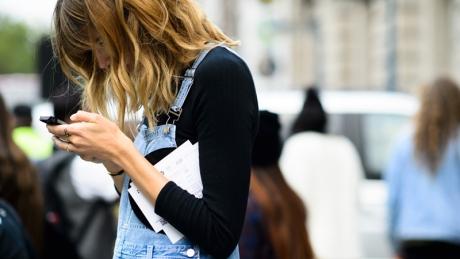 """Ce este sindromul """"tech neck"""" și cum îl poți evita"""
