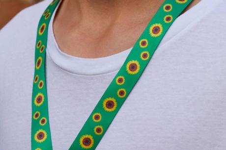 Ce înseamnă dacă vezi pe cineva purtând un șnur cu floarea soarelui
